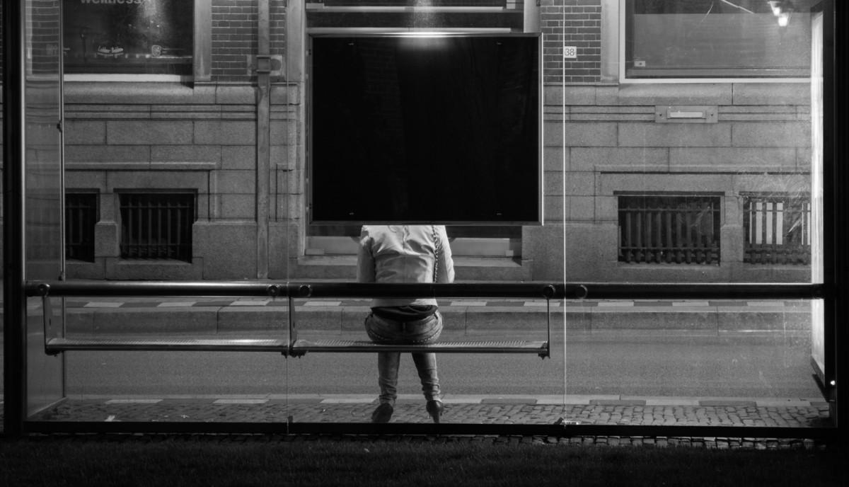 warten an Bushaltestelle