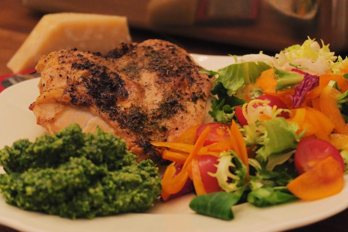 Hähnchenbrust mit Haut aus dem Ofen mit Salat und selbstgemachtem Walnuss-Petersilienpesto