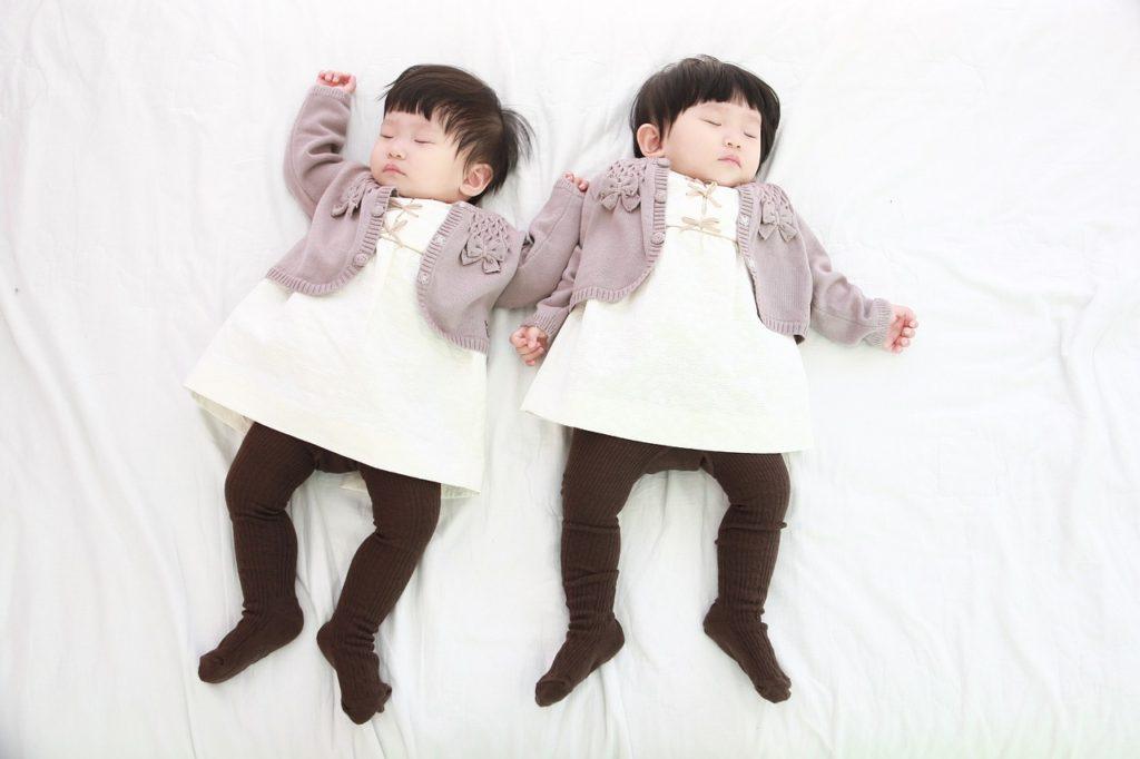 Total niedliche Zwillinge