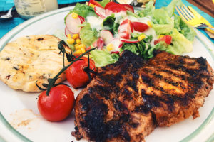 Gegrillter Nacken vom Eichelschwein, Grillkäse, Salat