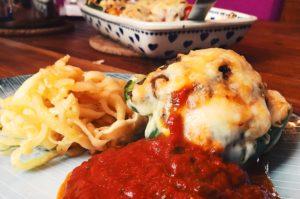 Gefüllte Paprika mit Poodles (Pastinaken-Pasta) und Tomatensauce