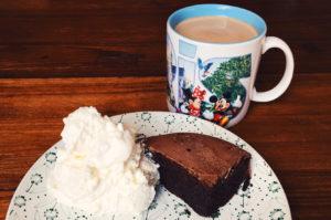 Schokokuchen von der Soulfood Lowcarberia mit Schlagsahne und Kaffee