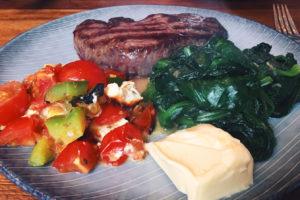 Steak, Blattspinat, gebackene Tomaten-Feta-Paprikadings