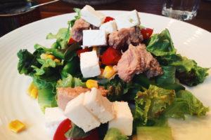 Salat mit Thunfisch und Feta