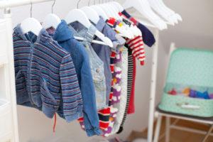 Babykleidung und Menstruationstassen